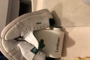 靴乾燥機に干してあるプーマーのスニーカー